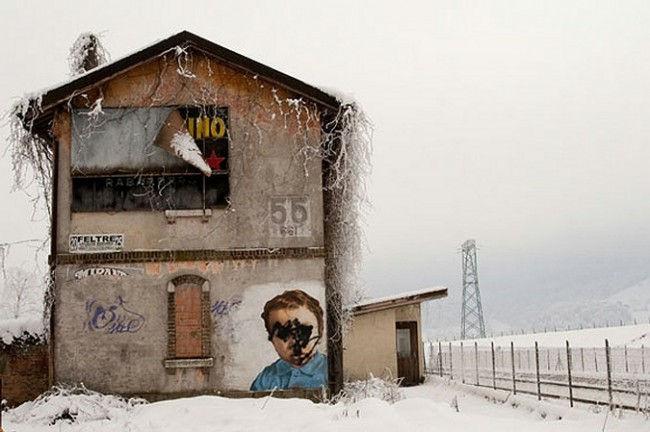 Похвальная грамота в категории «Места»: «Железнодорожный вокзал в зимние морозы». Николя Кокко, Италия. Прохаживаясь по окрестностям Венето, фотограф нашел этот заброшенный вокзал в Фельтре и был очарован его меланхолическим видом