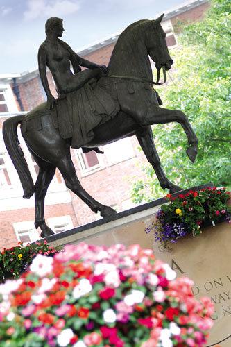 Памятник леди Годиве в центре Ковентри