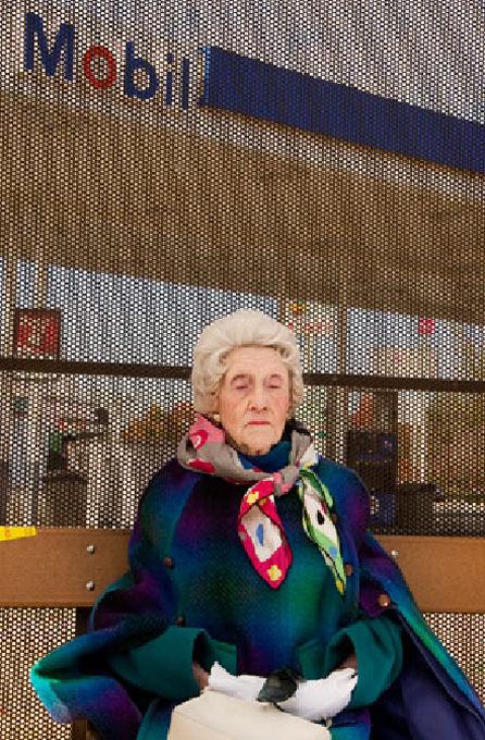 """Победитель в категории """"Люди"""": """"Автобусная остановка"""". Дебра Йенсен, США. 97-летняя женщина ждет автобуса в Чембли, Грузия"""