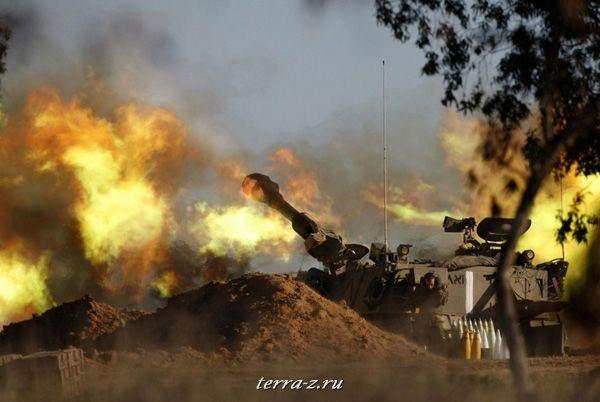 Израильский солдат стреляет в сторону Газа (6 января 2009 года). REUTERS/Baz Ratner