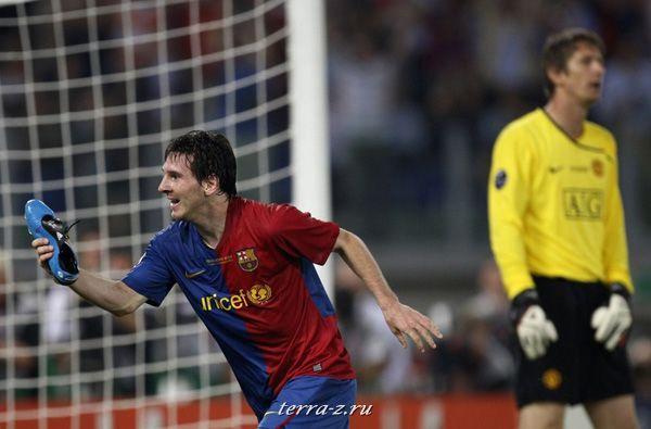 Лайонел Месси из Барселоны радуется тому, что забил гол в ворота Манчестер Юнайтед на Олимпийском Стадионе в Риме, 27 мая 2009. REUTERS/Giampiero Sposito