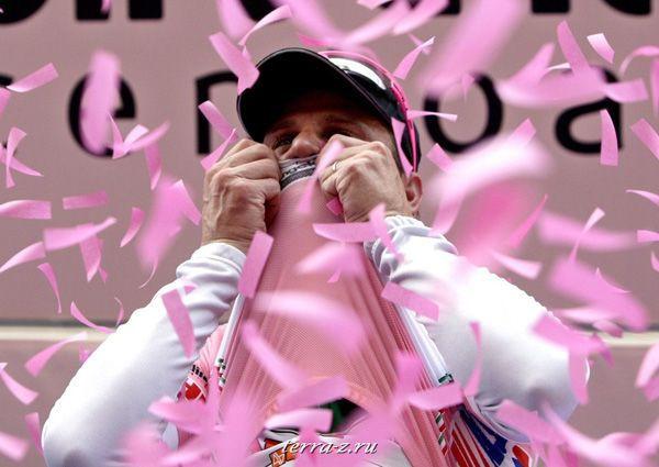 Итальянец Алессандро Петакки целует розовую майку лидера 11 мая 2009. Алессандро одержал победу на третьем этапе многодневки «Джиро д'Италия» и возглавил общий зачет. REUTERS/Stefano Rellandini