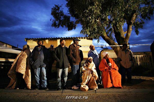 Жители ЮАР ждут начала работы избирательного участка в Кейптауне, 22 апреля 2009. REUTERS/Finbarr O'Reilly