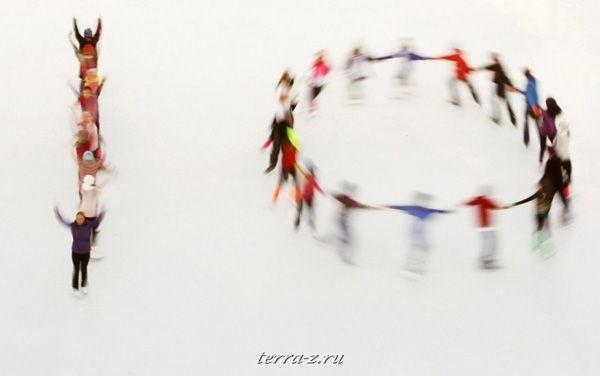 Фигуристы катка «Ли Вэлли» и олимпийская чемпионка Джейн Торвилл выступают на открытии катка «Сомерсет Хаус» в Лондоне (15 ноября 2009 года). Цифра 10, которую образовали фигуристы, обозначает 10-ый зимний сезон на катке. REUTERS/Luke MacGregor