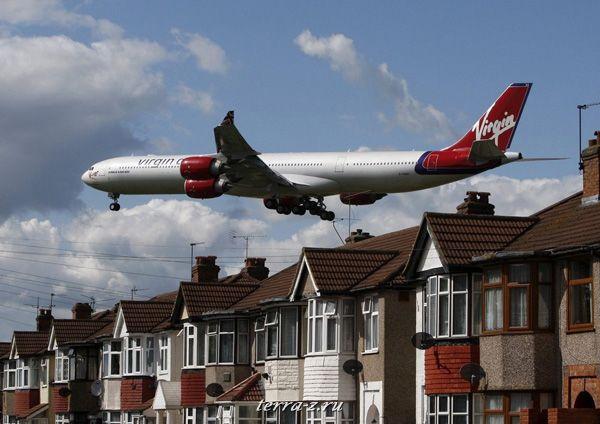 Самолет Virgin Atlantic идет на посадку в аэропорту Хитроу, в Лондоне 26 мая 2009. REUTERS/Luke MacGregor