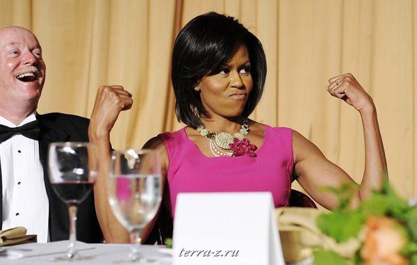 """Первая леди США Мишель Обама """"играет мускулами"""" в ответ на шутку о ее привычке носить платья без рукавов во время Обеда Ассоциации Корреспондентов Белого дома в Вашингтоне 9 мая 2009. REUTERS/Jonathan Ernst"""