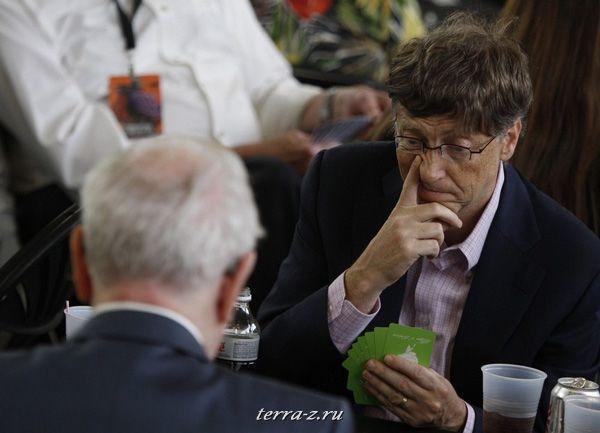 Основатель Microsoft Билл Гейтс играет в бридж с владельцем миллиардного состояния, финансистом Уорреном Баффеттом, во время годового собрания акционеров в Омахе, Небраска 3 мая 2009. REUTERS/Carlos Barria