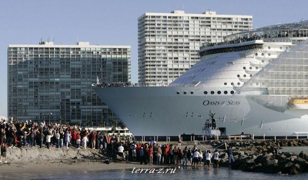 «Оазис морей» - самый крупный в мире круизный лайнер направляется к порту Эверглейдс в Форт-Лодердейл, штат Флорида. (13 ноября 2009 года). REUTERS/Joe Skipper