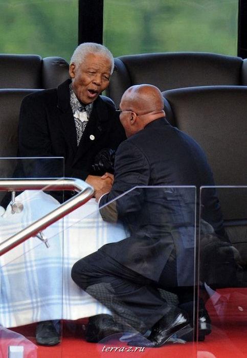 Президент ЮАР Джейкоб Зума и Нельсон Мандела на инаугурации Зумы (9 мая 2009 года). REUTERS/Pool