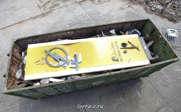 оготип «Opel» в мусорном ведре. (27 мая 2009 года) REUTERS/Pawel Kopczynski