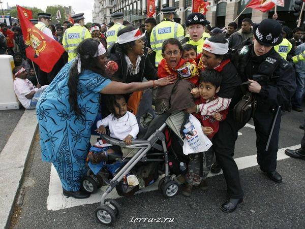 Про-тамильские демонстранты дерутся с полицией в Лондоне 18 мая 2009. REUTERS/Luke MacGregor