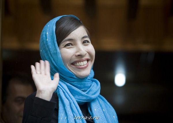 Американская журналистка Роксана Сабери, освобожденная из тюрьмы, приветствует представителей прессы возле своего дома в Тегеране 12 мая 2009. Сабери обвинялась в шпионаже в пользу США. REUTERS/Morteza Nikoubazl