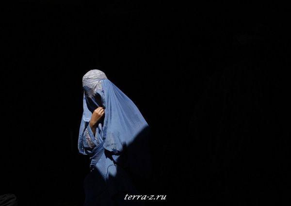 Афганская женщина на базаре в Кабуле (4 марта 2009 года). REUTERS/Ahmad Masood