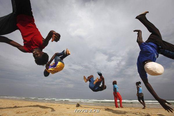 Группа «Nomad Dance» делает сальто на тренировке на пляже Йофф в столице Сенегала Дакаре (14 ноября 2009 года). REUTERS/Finbarr O'Reilly