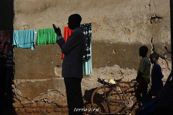 "ородской чиновник в трущобе Качуф в районе Масака в южной Уганде 24 марта 2009. Kachuf на местном наречии означает ""грязь"". REUTERS/Darrin Zammit Lupi"
