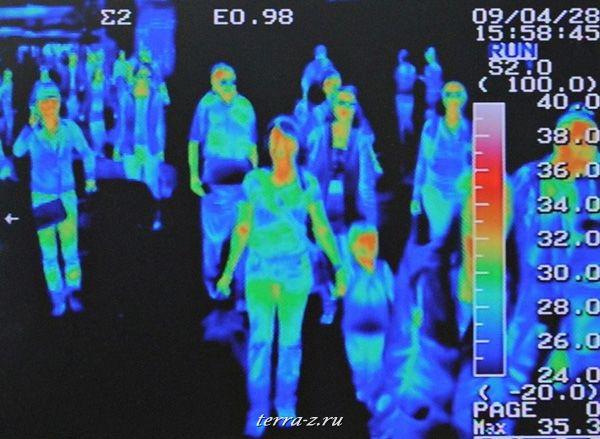 Тепловизионный сканер отслеживает повышение температуры у пассажиров международного рейса в сеульском аэропорту Инчеон в связи с эпидемией свиного гриппа (28 апреля 2009 года). REUTERS/Jung Yeon-je
