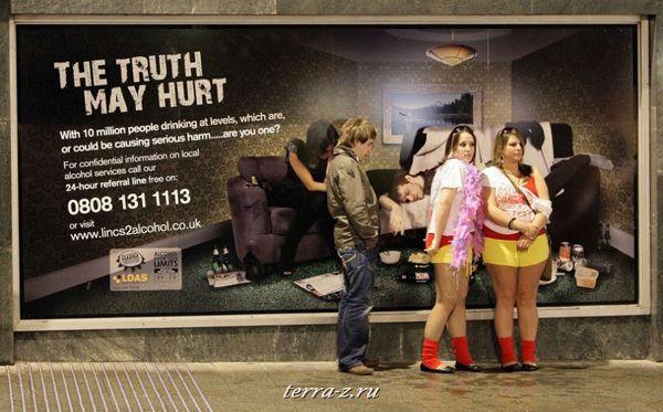 Молодежь перед плакатом, говорящем о вреде алкоголя на «Carnage» в Линкольне (27 апреля 2009 года). «Carnage» - мероприятие, организованное студентами линкольна, которое по сути является марафоном по барам. REUTERS/Darren Staples
