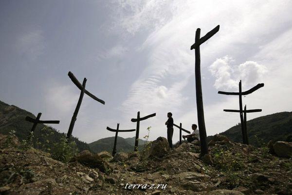 Выжившие после землетрясения на мемориале, возведенном в память о жертвах Сычуаньского землетрясения (11 мая 2009 года). REUTERS/Jason Lee