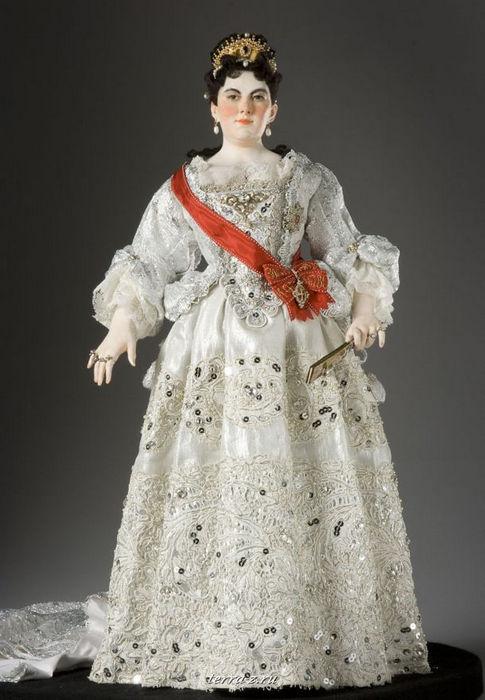 Императрица Екатерина I Алексеевна (1684–1727) – бывшая служанка и портомоя, ставшая женой царя Петра I, русской царицей (6 марта 1717) и императрицей (23 декабря 1721), коронованной 7 мая 1724 и правившая страной с 28 января 1725 до 6 мая 1727