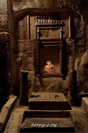Священный бабуин был помещен в раку после смерти в катакомбах Туна эль-Гебель