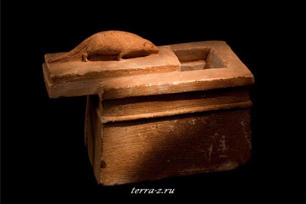 Скульптура бурозубки точно обозначает содержание гробницы, на которой она установлена