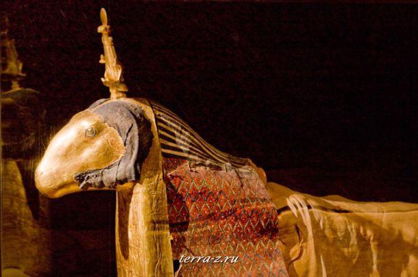 Священный баран с позолотой и раскрасками, является одной из 7 таких мумий, которые пережили века и в настоящее время находятся в египетских музеях. Как живое воплощение бога-творца Хнум, животные находилось в храме до своей естественной смерти в течение второго или третьего века нашей эры