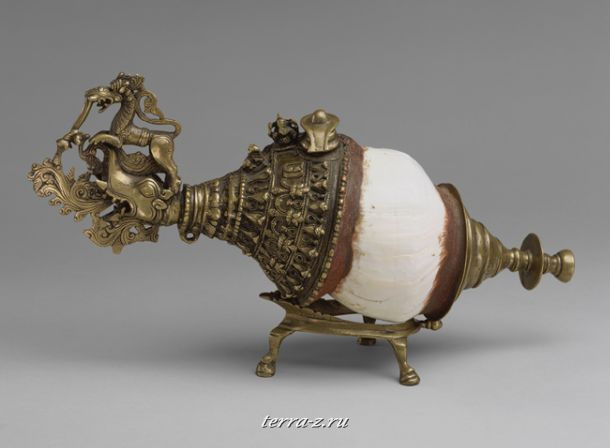 Sankh, 19th century. Kerala State, India. Shell (spyrum turbonella), brass, wax