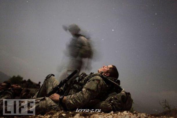 Американский пехотинец на отдыхе во время ночной миссии в Афганистане.
