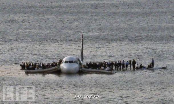 Пассажиры рейса авиалиний US Airways ждут помощи. Пилоту чудом удалось посадить самолет прямо посреди реки Гудзон – оба двигателя отказали через несколько минут после взлета.