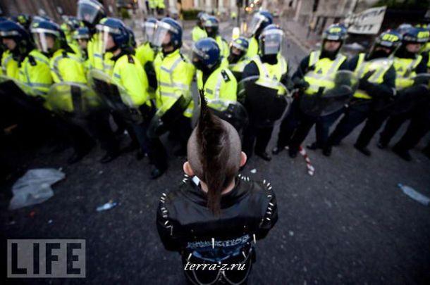 Участник демонстрации протеста против проведения в Лондоне саммита большой «двадцатки».