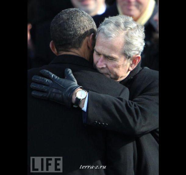 Джордж Буш поздравляет нового президента США Барака Обаму после церемонии его иннагурации.