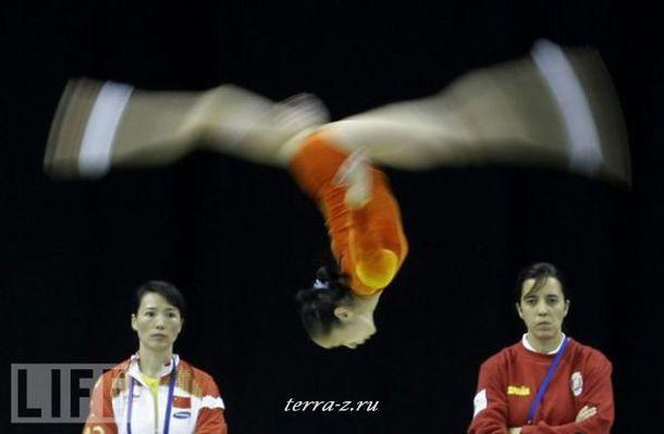 Китайская гимнастка Денг Лин Лин выполняет упражнение на тренировке перед Чемпионатом мира по художественной гимнастике в Лондоне.