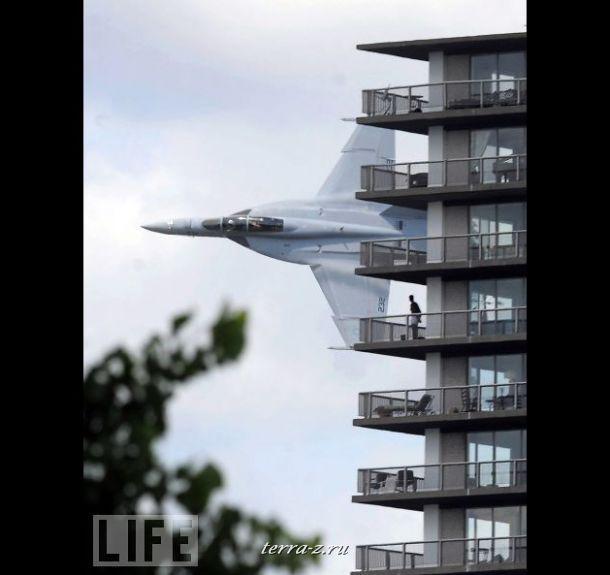 Военный истребитель Navy F-18 пролетает мимо окон жилого дома во время учений в Детройте. «Я видел, как пилот помахал мне», - утверждает один из жителей.