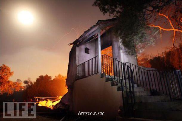 Руины горящего дома в Санта-Барбаре, Калифорния. Пожар, начавшийся из-за рекордной жары, уничтожил за неделю 80 домов и десятки тысяч квадратных километров территории.