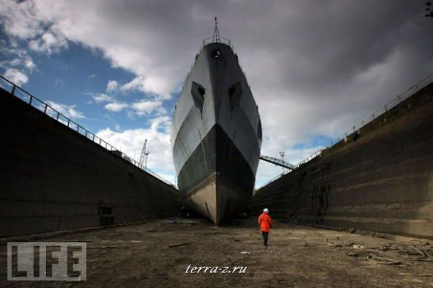 Бывший корабль Королевских ВМС Англии ждет отправки в утиль в своем доке. В прошлом это судно сыграло решающую роль в Фолклендской войне.