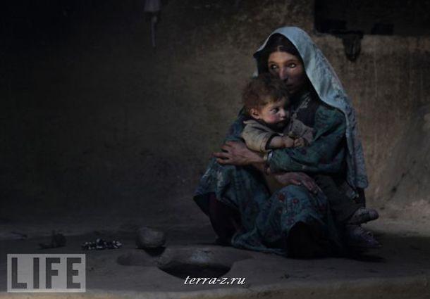 Молодая мать после первой дозы опиума в провинции Афганистана Бадахшан. Она пристрастилась к наркотику во время беременности. В ее родном поселении половина из 2 тысяч жителей не могут жить без опиума.