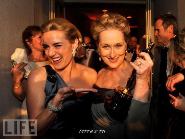 Кейт Уинслет и Мерил Стрип празднуют свою оскароносную победу на вечеринке журнала Vanity Fair в Калифорнии. Уинслет впервые получила награду Академии за лучшую женскую роль в фильме «Чтец».