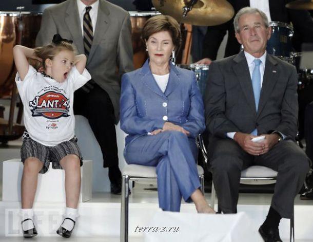 Восьмилетняя Лили Маргарет Гринвэй зевает от скуки рядом с экс-президентом США Джорджем Бушем и его супругой Лорой на общественном мероприятии.