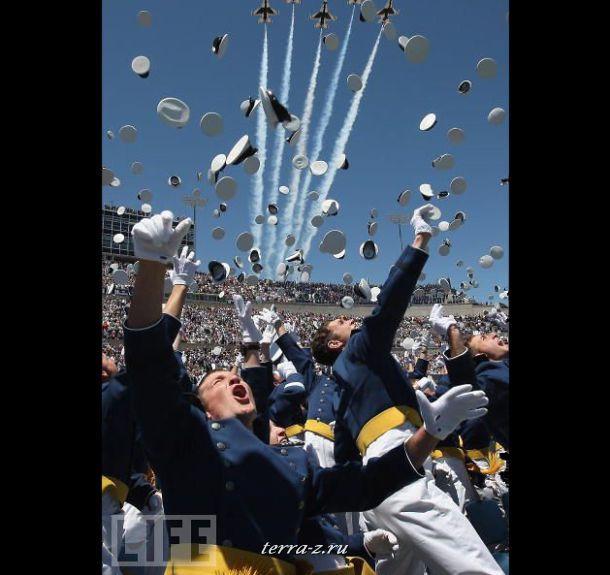 Кадеты Летной Академии отмечают свой выпуск, а в это время группа пилотов F-16 Thunderbirds рассекает небо над стадионом Фалькон в Колорадо, где проходит торжественная церемония.