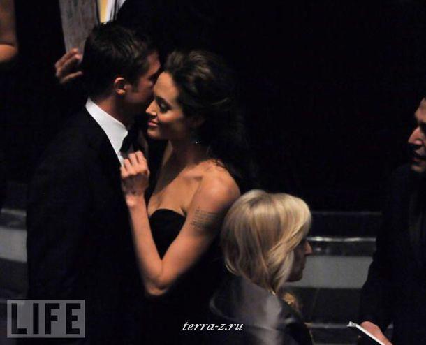 Бред Питт и Анджелина Джоли наслаждаются друг другом и уютной атмосферой во время церемонии вручения Оскара в Лос-Анджелесе.