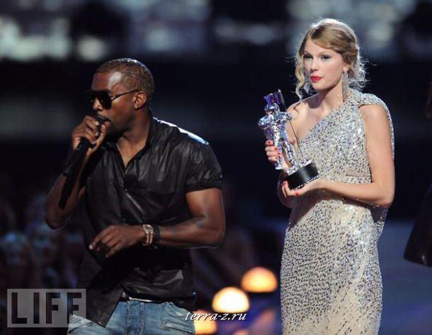 Во время церемонии вручения музыкальных наград MTV репер Канни Вест выхватил микрофон у обладательницы премии Тэйлор Свифт и заявил, что победа не является заслуженной и награду должна была получить Бейонсе.