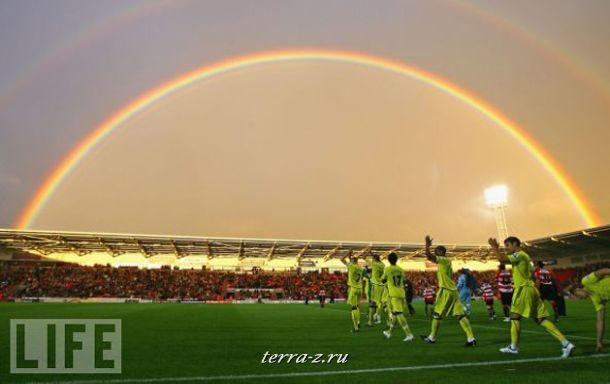 Радуга над футбольным полем не принесла удачи игрокам из английского Донкастера: они проиграли матч гостям со счетом 5:1.
