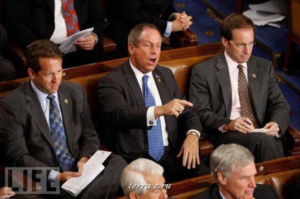 Сенатор Джо Уилсон из Южной Каролины вызвал фурор, когда громко прервал речь президента Обамы в Конгрессе и обвинил его во лжи. Позднее Уилсон извинился.
