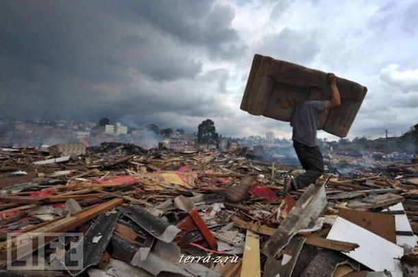 Горожанин спасает свою мебель во время выселения из огромных трущоб на окраине Сан-Паулу, Бразилия.