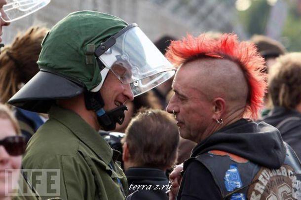 Немецкий полицейский беседует с одним из демонстрантов возле одного из старейших аэропортов страны Берлин-Темпельхоф. Несколько тысяч участников акции выступили с требованием вновь открыть уже давно заброшенный аэропорт.