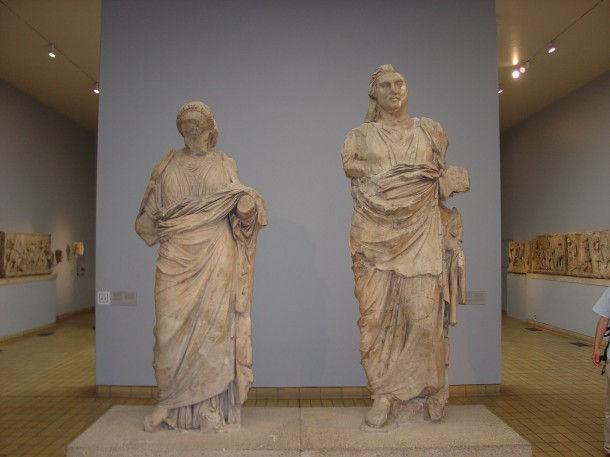 Статуи мавзолея в Галикарнасе, предположительно Мавсола и Артемиссии
