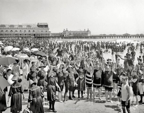 """Пляж Джерси, около 1910 года. """"Руки вверх"""" на пляже в Атлантик-Сити""""."""