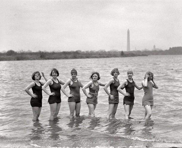 """Вашингтон, 29 апреля 1925. """"Девушки на Арлингтонском пляже"""". Танцовщицы из местного театра водевиля решили искупаться в ненастную погоду"""