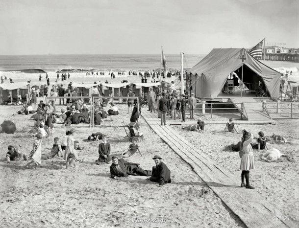 """Около 1915 года. """"Купание в Атлантик-Сити""""."""