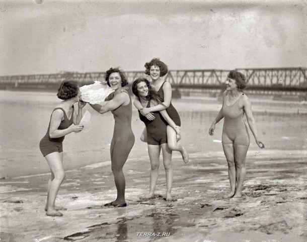 23 февраля 1924. Пять женщин резвятся зимой на замерзшем пляже Потомак.